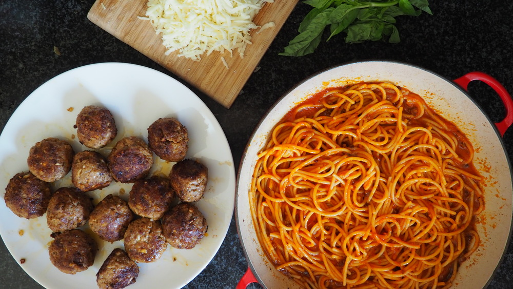 how to make this Easy spaghetti and meatballs casserole